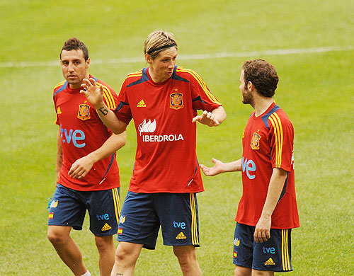 Fernando Torres (centre) chats with Juan Mata (right) while Santiago Cazorla looks on during a training session
