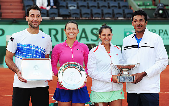 Runners-up Santiago Gonzalez of Mexico and Klaudia Jans-Ignacik of Poland pose with winners Sania Mirza and Mahesh Bhupathi of India after the mixed doubles final