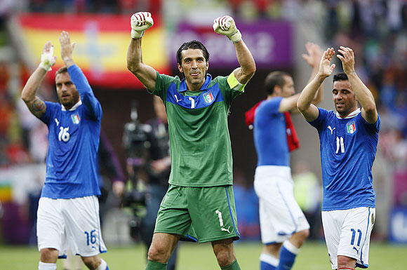 Italy's Gianluigi Buffon, Daniele De Rossi (left) and Antonio Di Natale (right) acknowledge supporters after the match against Spain