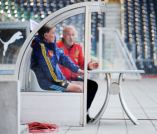 Head coach Vicente del Bosque (left) of Spain chats with Toni Grande