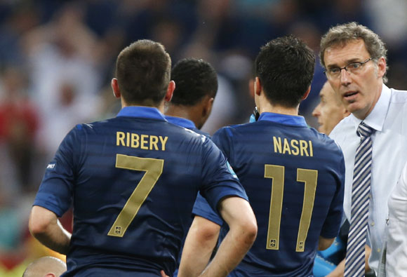 France's coach Laurent Blanc (R) talk to Franck Ribery (L) and Samir Nasri during their Group D Euro 2012 soccer match against England at the D