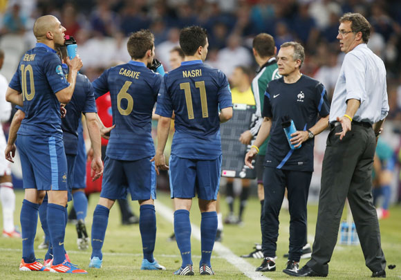 France's coach Laurent Blanc (R) talk to his team players Karim Benzema (L), Yohan Cabaye and Samir Nasri (C) during their Group D Euro 2012 soccer match against England at the Donbass Arena