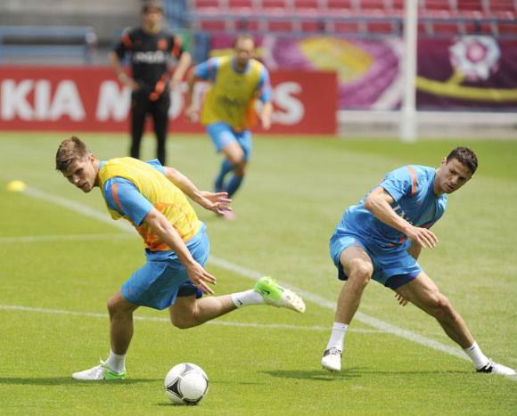 Netherlands' soccer players Klaas-Jan Huntelaar (L) and Khalid Boulahrouz attend a training session during Euro 2012