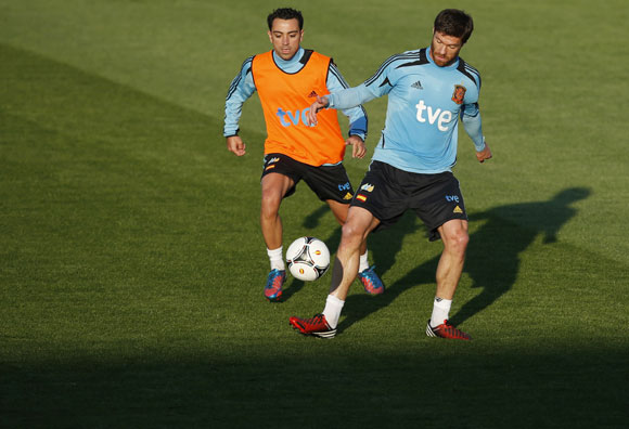 Spain's Xavi Hernandez (L) and Xabi Alonso attend a training session at Gniewino