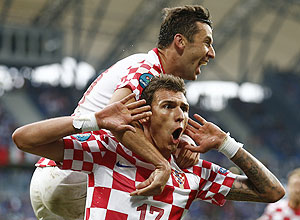 Croatia's Mario Mandzukic (bottom) celebrates with Darijo Srna after scoring against Italy