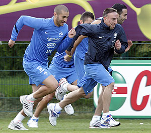 France's footballers Karim Benzema (left) and Franck Ribery run during a training session