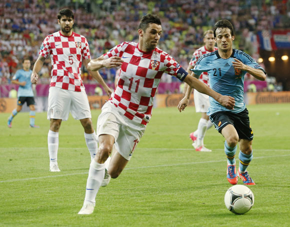 Spain's Jesus Navas (L) shoots to score a goal past Croatia's goalkeeper Stipe Pletikosa during their Group C match
