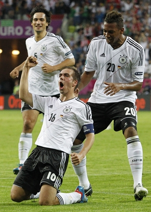 Philipp Lahm (C) celebrates with team mates Mats Hummels (L) and Jerome Boateng