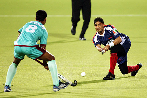 Tariq Aziz of Sher-e-Punjab flicks the ball past Roshan Minz of Pune Strykers