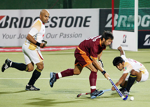 Mario Almada of Pune Strykers plays as Len Aiyappa (left) looks on