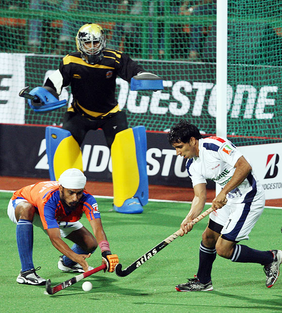 Ajmer Singh tackles Mandeep Antil (right)