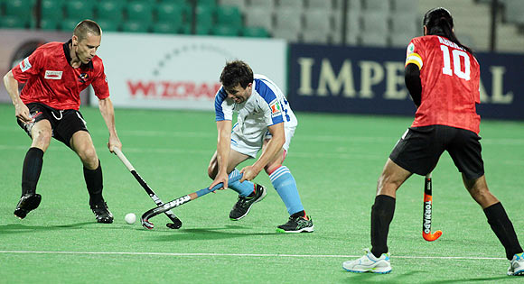 Philip Sunkel of Delhi Wizards tries to stop Chandigarh Comet's Lloyd Stephenson