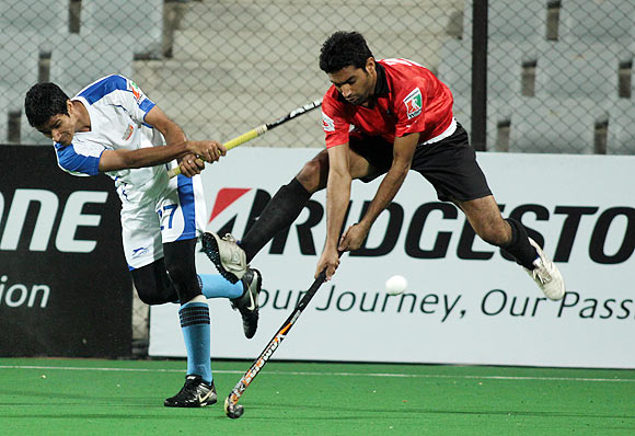 Amir Mohd Khan (left) of Chandigarh Comets' and Sanjiv Ajman of Delhi Wizards in action