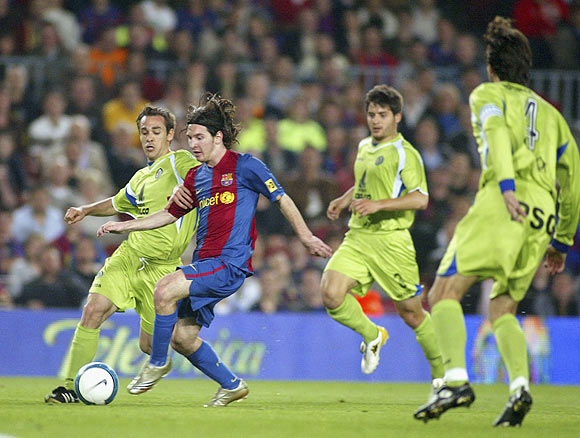 Lionel Messi cuts past Getafe players to score during their King's Cup match on April 18, 2007