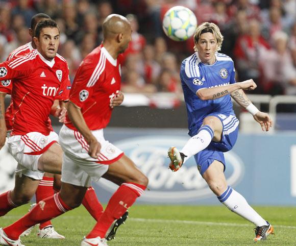 Chelsea's Fernando Torres (R) kicks over Benfica's Luisao