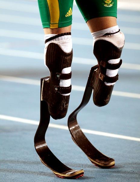 Pistorius uses carbon fibre prosthetic running blades