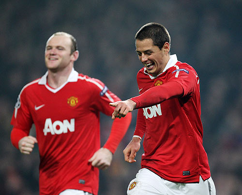 Javier Hernandez (right) of Manchester United celebrates with teammate Wayne Rooney