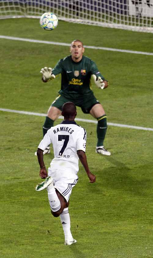 Ramires scores for Chelsea against Barcelona