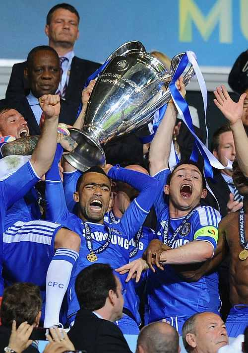 Chelsea's Frank Lampard (right) and Jose Bosingwa (centre) lift the tr