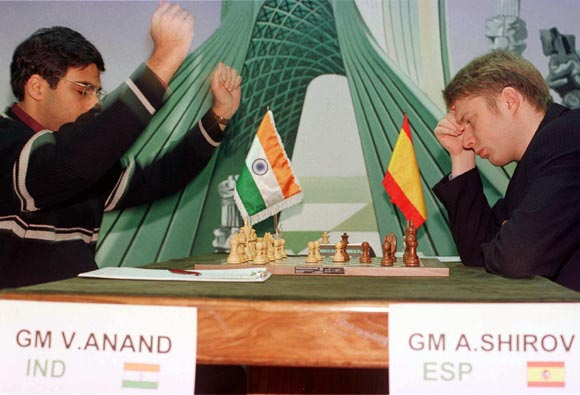 Indian grandmaster Viswanathan Anand (left) raises his hands in celebration after an error by Spain's Alexei Shirov during the FIDE World chess championship in Tehran on December 24, 2000