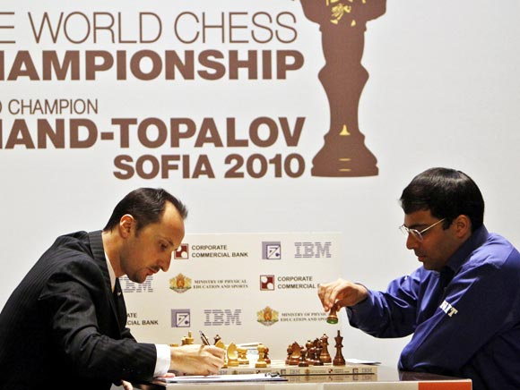Viswanathan Anand (right) faces his opponent Veselin Topalov at the FIDE World Chess Championship in Sofia, on May 11, 2010