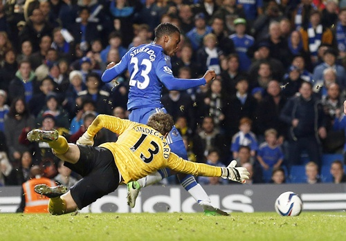 Manchester United's goalkeeper Anders Lindegaard dives