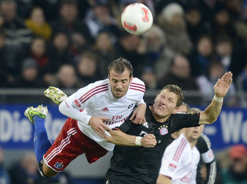 Hamburger SV's Rafael van der Vaart (left) and Bayern Munich's Bastian Schweinsteiger (right) challenge for the ball