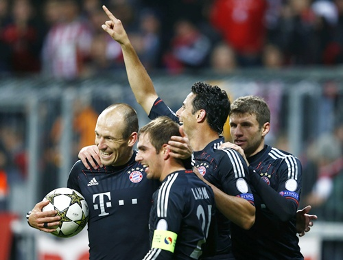 Bayern Munich's Claudio Pizarro (second right) celebrates