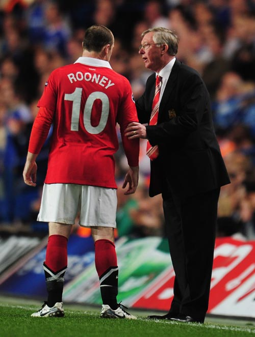 Alex Ferguson talks to Wayne Rooney