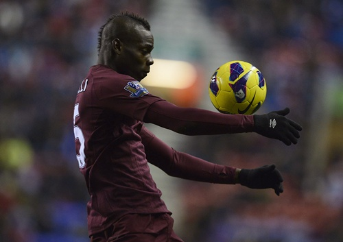 Manchester City's Mario Balotelli controls the ball