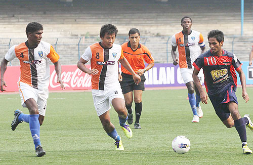 Mumbai FC's James Singh (centre) with Pailan Arrow's Allwyn George (right)