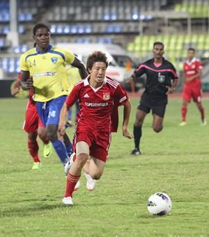 Pune FC midfielder Daisuke Nishiguchi (No. 7) runs clear of Evaws Quao (No. 24)