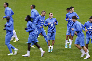 France's Franck Ribery (centre) and Karim Benzema (left) attend a training session with teammates