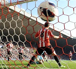 Newcastle's Yohan Cabaye scores against Sunderland