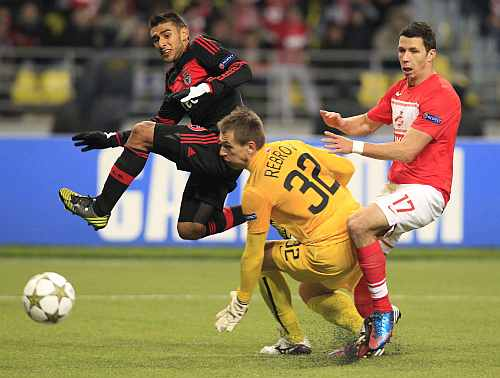 Spartak Moscow's Suchy and goalkeeper Rebrov fight for the ball with Benfica's Salvio during their Champions League Group G soccer match at Luzhniki stadium in Moscow