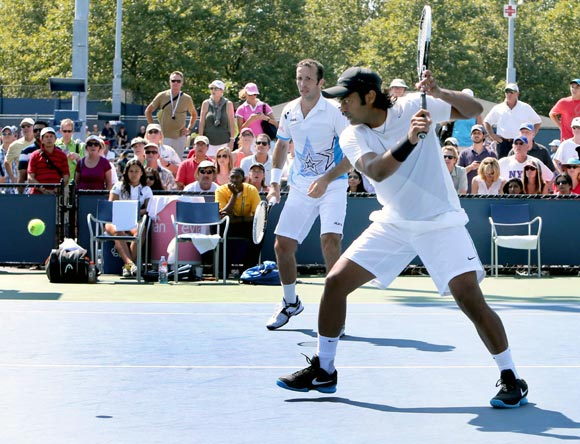 Paes-Stepanek enter third round
