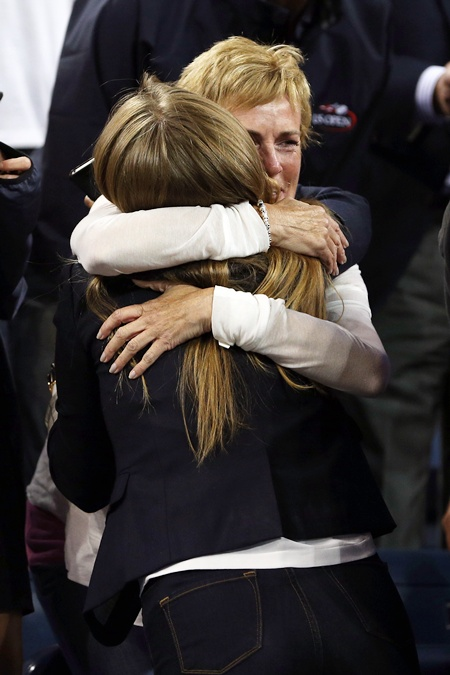Judy Murray hugs Kim Sears after Andy Murray of Great Britain's victory