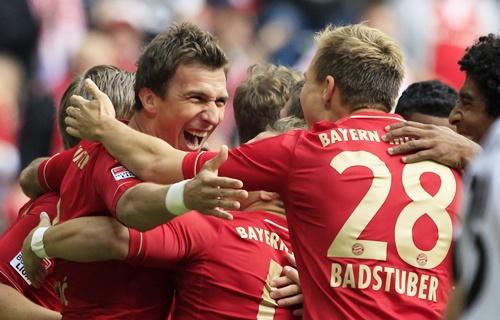 Bayern Munich's Mario Mandzukic (left) celebrates with teammates