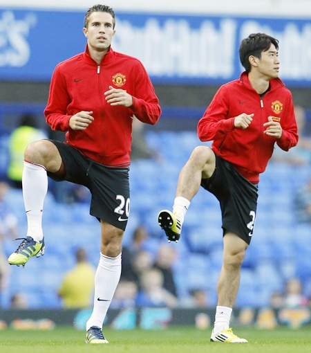 Manchester United's Robin van Persie (left) and Shinji Kagawa warm up