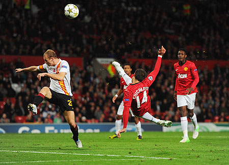 Javier Hernandez of Manchester United tries to score with a bicycle kick against Galatasaray