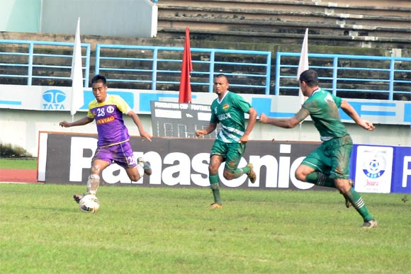 Prayag United's Malswaltluanga dribbles past Salgaocar defenders