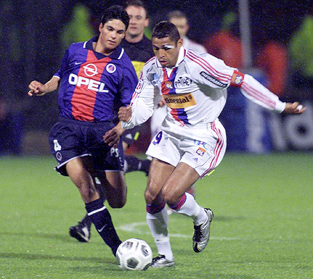 Sony Anderson (right) of Lyon challenges Mikel Arteta of PSG during their French soccer first division cup match at the Gerland stadium April 15, 2001