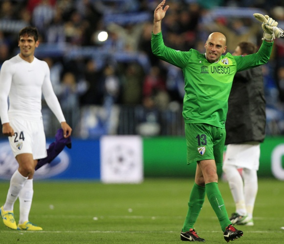Malaga's goalkeeper Willy Caballero (right)