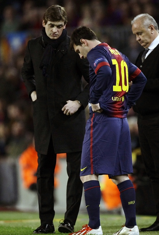 Barcelona's Lionel Messi (centre) talks with coach Tito Vilanova