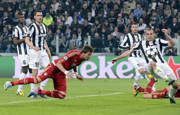 Bayern Munich's Mario Mandzukic (centre) scores against Juventus