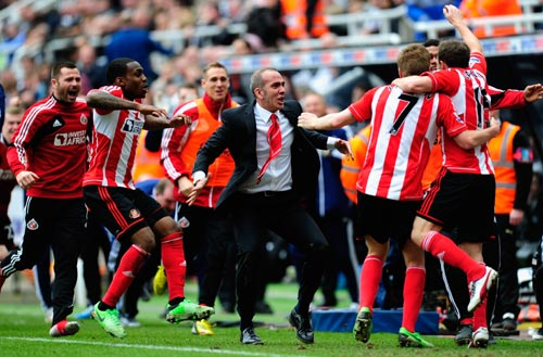 Sunderland players celebrate with manager