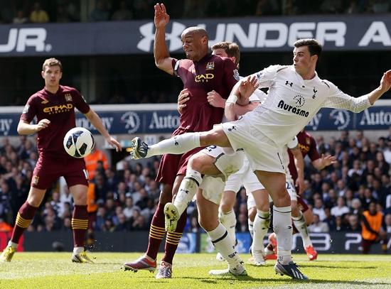 Tottenham Hotspur's Gareth Bale (right) challenges Manchester City's Vincent Kompany