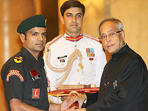 Vijay Kumar receives the Padma Shri from President Pranab Mukherjee