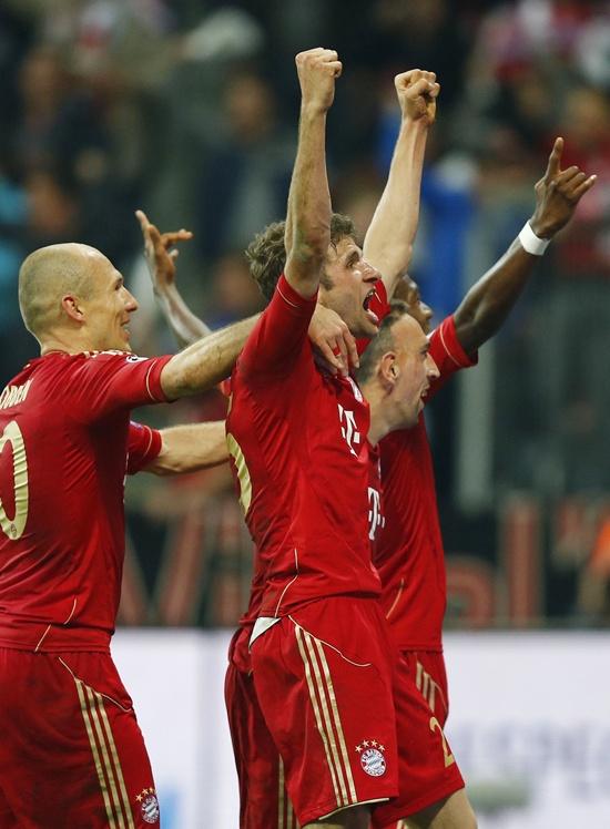 Bayern Munich's Thomas Mueller (centre) celebrates with teammates