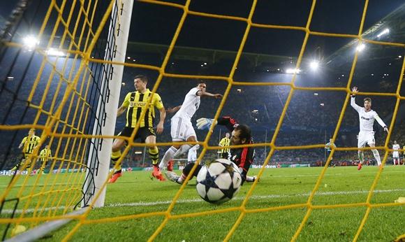 Borussia Dortmund's Robert Lewandowski (left) scores a goal